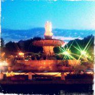 Fontaine de la Rotonde by night (Aix-en-Provence) © Alison Jordan